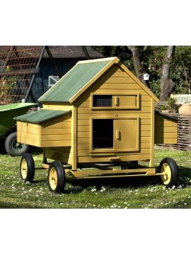 Pollaio in legno con carrello a mano