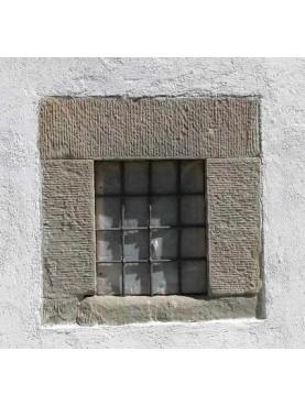 Finestra in pietra serena