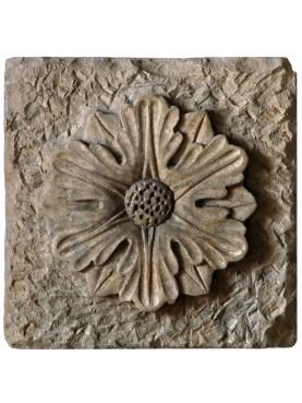 Fiore medioevale in pietra calcarea