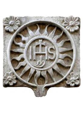 IHS in pietra con sole e quattro fiori