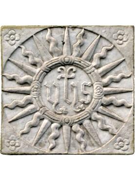 IHS in pietra con sole e sei fiori