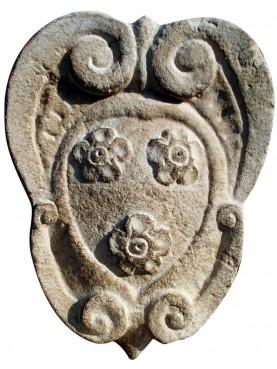 Stemma in pietra con tre fiori