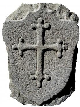 Stemma in pietra arenaria grigia con Croce Pisana lobata