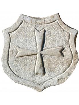 Scudo in pietra arenaria grigia con croce di Malta
