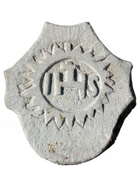 Stemma in pietra arenaria grigia con IHS