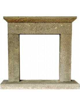 Piccolo camino in pietra calcarea