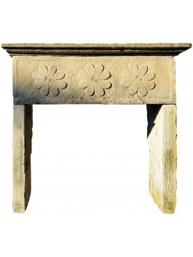 Piccolo camino in pietra antico