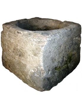 Piccolo pozzo antico a pianta quadra in pietra