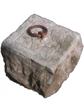 Conci di pietra, pietre con anelli per legare gli animali cavalli e asini