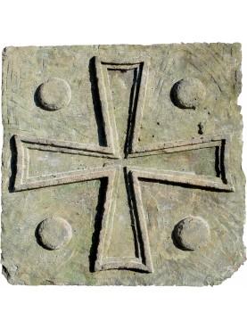 Grande croce templare a quattro livelli in pietra