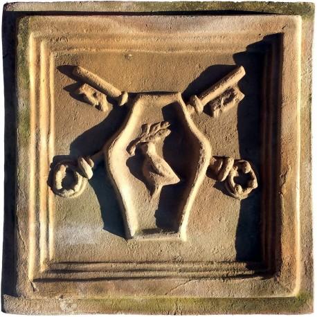 Formella in terracotta con stemma papale chiavi e colomba