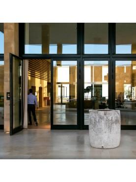 Grande vaso in pietra per la calce idrata