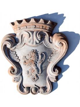 Stemma nobiliare in terracotta coronato con leone rampante