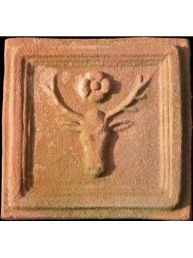 Formella in terracotta con cervo e rosetta