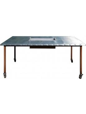 Due tavoli accoppiati, in ferro con piano ricoperto con foglio di zinco puro