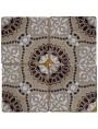 Piastrella di maiolica con disegni bianchi e marroni