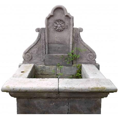 Fontana in pietra calcarea chiara con rosone