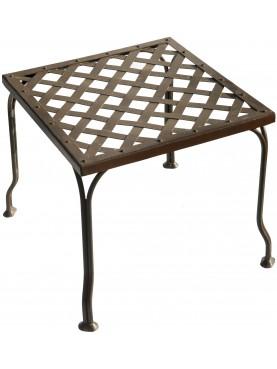 Sgabello in ferro a seduta intrecciata e gambe divaricate