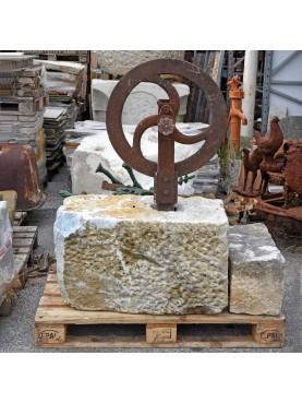 Blocco di marmo antico con puleggia per taglio