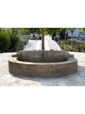 Grande fontana in pietra con 1 bocchettone in ferro