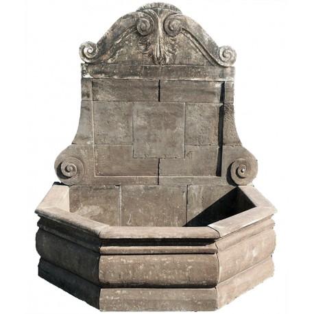 Grande Fontana con grande bacino in pietra