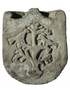 Stemma in pietra con albero e uccelli