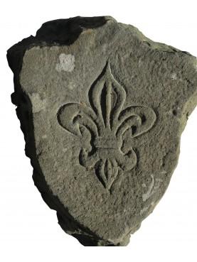 Stemma in pietra con giglio di Francia