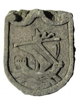 Stemma in pietra arenaria grigia nave medievale