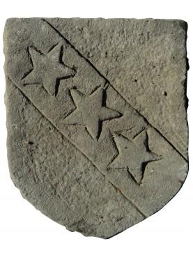 Stemma in pietra arenaria con tre stelle al traverso