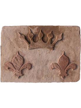 Stemma in pietra serena gigli e corona nobiliare
