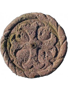 Croce a punte bifide in pietra calcarea