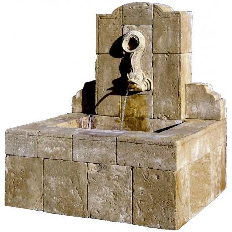 Fontana in pietra con delfino