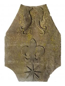 Stemma in pietra serena con delfini