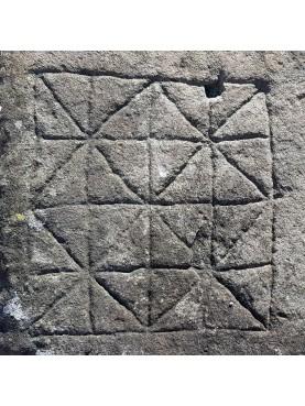Grande pietra antica con incisione del gioco del Filetto