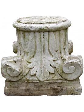 Capitello corinzio in pietra con foglie di acanto