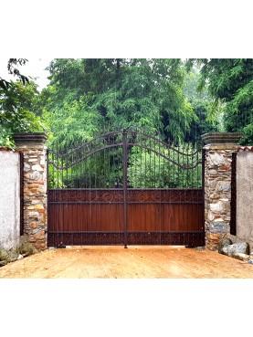 Cancello in ferro battuto 4 m. in una giornata di pioggia