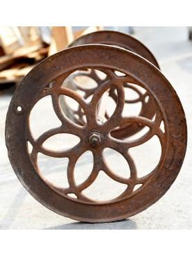 antica coppia di ruote in ghisa con asse incorporato