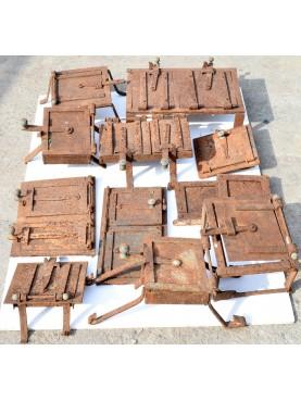 una collezione di sportelli per antiche cucine in muratura