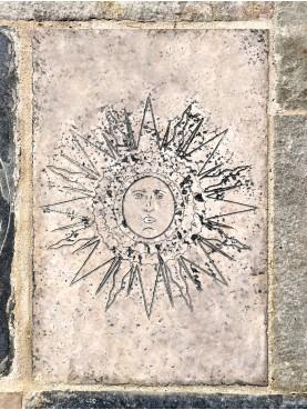 SOLE MEDIEVALE - scultura graffita SU PIETRA bianca calcarea