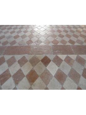 Pavimento a rombi simmetrici in pietra bianca e marmo rosso
