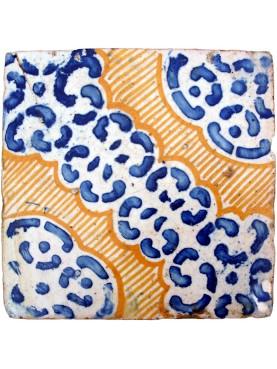 Antica piastrella di maiolica ocra, blu cobalto e ossido d'alluminio