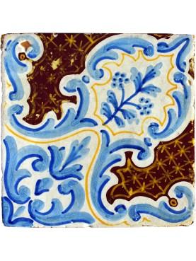 Antica piastrella di maiolica blu e manganese
