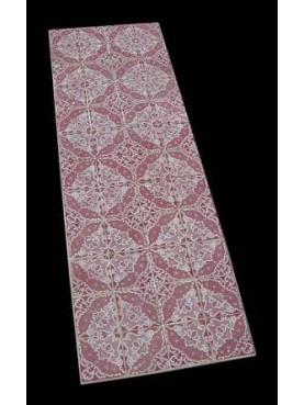 Tavolo con piastrelle rosa