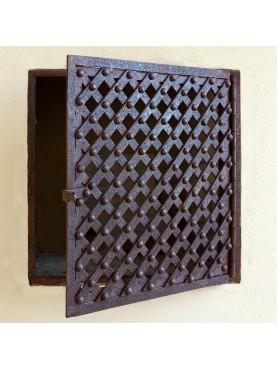 Sportello in ferro battuto grigliato inchiodato