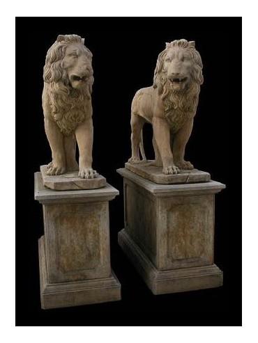 Giganteschi leoni in pietra