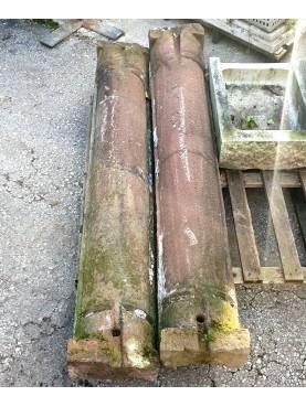 Coppia di mezze colonne in arenaria rosa