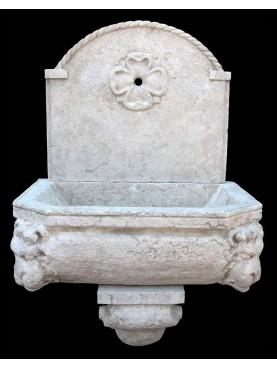 Fontanella in pietra calcarea
