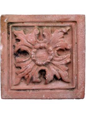 Formella in terracotta con decoro floreale centrale