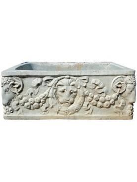 Vaschetta in marmo bianco di Carrara scolpita con leone e arieti