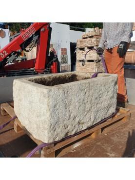 Grande pila in pietra bianca calcarea dell'Appennino